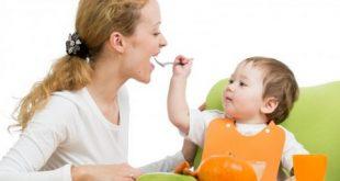 از چه سنی کودک خودش غذا بخورد