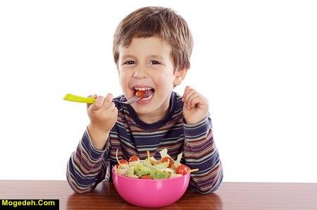 چه کنیم کودک خودش غذا بخورد